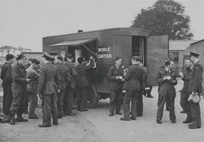 Photo of Canadian troops at a Salvation Army mobile canteen during the Second World War