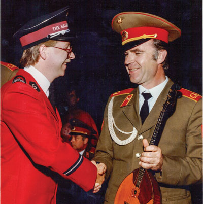 Steve Brown shakes hands with a Soviet musician in 1989